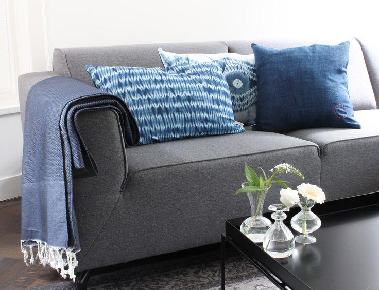Blauwe kussens met tie dye batik en jeans stof. Past mooi in de Denim Drift trend. Bij webshop Ookinhetpaars.