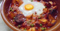 Plato tradicional andaluz con huevos, chorizo, jamón, guisantes... completísimo.