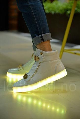Hvite LED creamy sko. -   LED-skoene finner du i nettbutikken ledtrend.no. Prisene på ledskoene varer varierer fra 599-, og oppover, GRATIS frakt på alle varer. Vi har mange forskjellige LED-sko, ta en titt da vel? på: www.ledtrend.no