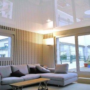 Глянцевый белый потолок сделает низкое помещение визуально выше