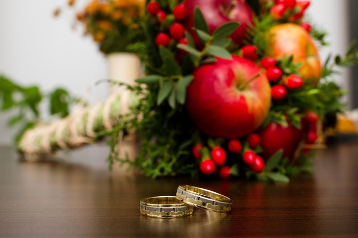 Apples bouquet and amazing wedding rings Credit: @Silviu Francisc Pal www.facebook.com/silviupalphotography