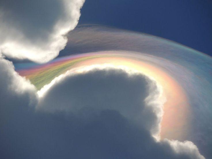 Beckie Bone Dunning était en vacances en Jamaïque lorsqu'elle a pris cet étonnant cliché. Après l'avoir posté sur la page Facebook de The Weather Channel, elle a reçu une réponse du météorologue Nick Wiltgen qui lui a expliqué qu'il s'agissait d'un phénomène connu sous le nom d'iridescence. Il se produit lorsque la lumière est diffractée par les gouttelettes d'eau et les particules de glace présentes dans un nuage.