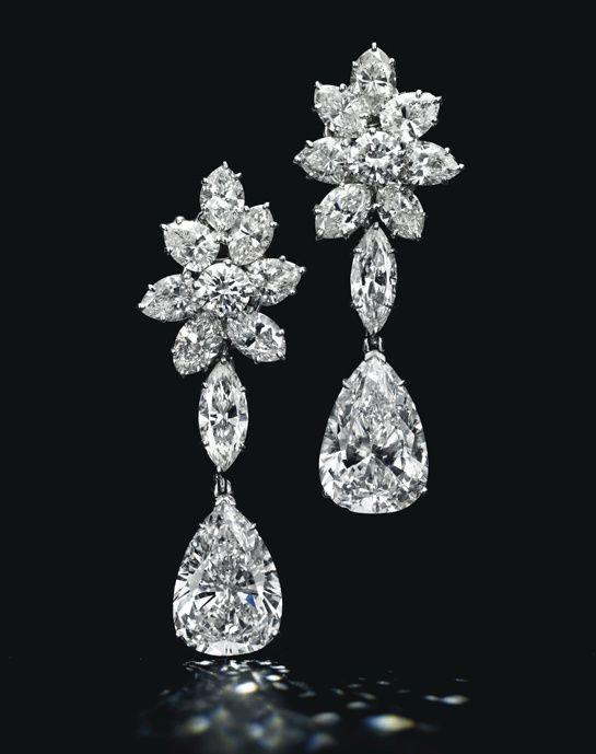Boucles d'oreilles en platine, cluster de diamants taille marquise entourant deux diamants taille poire détachables (5.51 et 5.36 carats) http://www.vogue.fr/joaillerie/a-voir/diaporama/la-vente-de-bijoux-magnificent-jewels-de-christie-s-a-new-york/18354/image/993847#!boucles-d-039-oreilles-diamants-taille-poire-vente-magnificent-jewels-de-christie-039-s-a-new-york