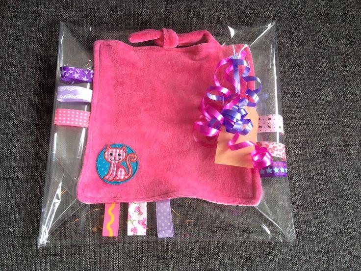 Labeldoekje roze met 9 labels en een embleem.