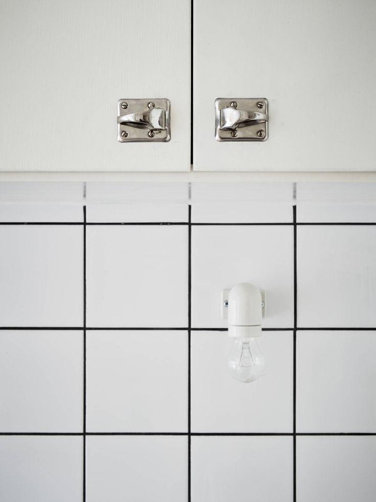 Stadshem - Kök med interiör delvis i original från 1935 Tidstypiska är de nya tickalåsen från Byggfabriken som pryder luckorna.