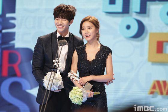 Kim So Eun and Song Jae Rim winning Best Couple Award!