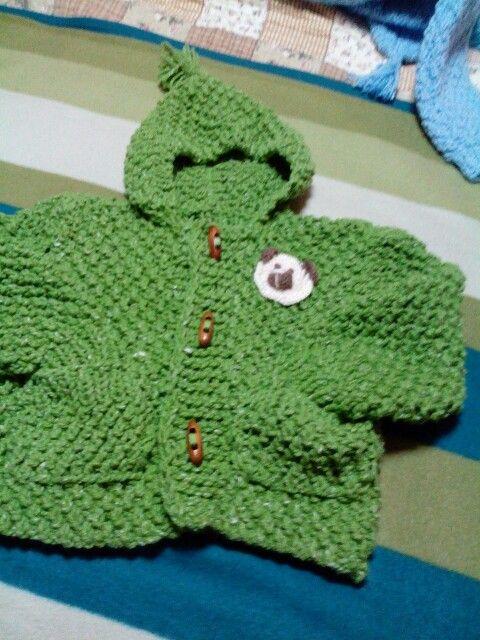 Capuchon de niño con una  aplicación  a crochet de una cara de oso ,para  1 año