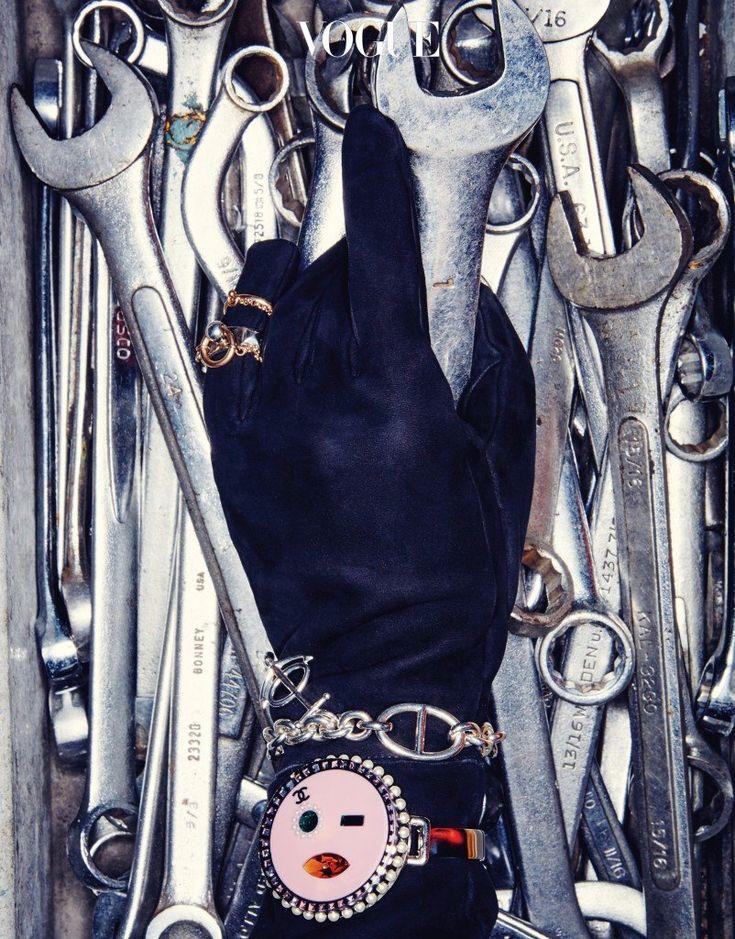 검은색 스웨이드 장갑,  고리가 달린 반지, 닻 모양 참이 달린 팔찌는 에르메스(Hermès), 분홍색 이모티콘 얼굴 팔찌는 샤넬(Chanel).