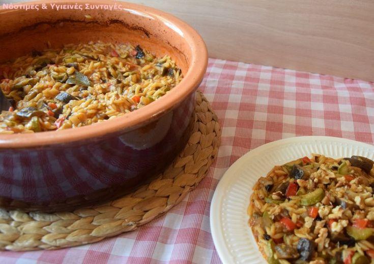 Υλικά: 3 μελιτζάνες 6 μέτρια κολυκυθάκια 4 πιπεριές Φλωρίνης 3 μεγάλα κρεμμύδια 1 πρασινη πιπεριά (για σαλάτα) 400 γρ χυμό ντομάτας (συμπυκνωμένο) 4 σκελίδες σκόρδο ελαιόλαδο 500 γρ κριθαράκι ψιλό