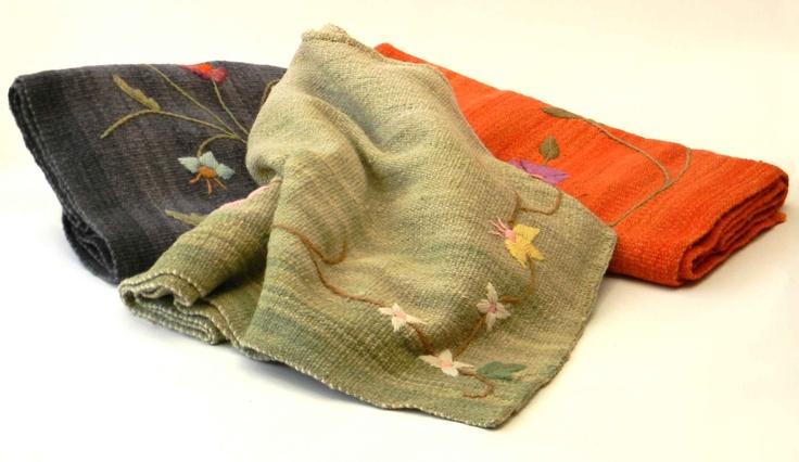 alfombras tejidas en telar y bordadas a mano