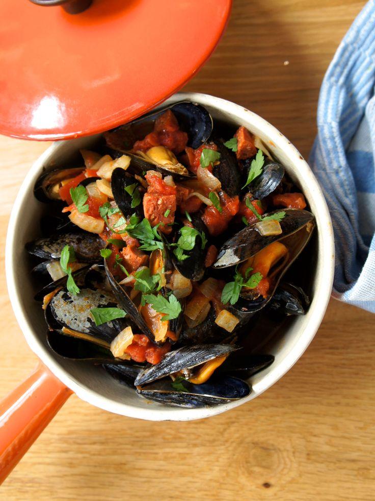 Dit recept voor Mediterrane mosselen met tomaat en chorizokomt uit deFoodWeLove box van september.Deze boxstaat in het teken van de Méditerranée. Snijd de ui fijn en fruit het samen met de chorizo tot de uien glazig zijn. Voeg wat zout en peper toe.Voeg de tomatenblokjes, het glas witte wijn en 100 ml water toe. Laat …