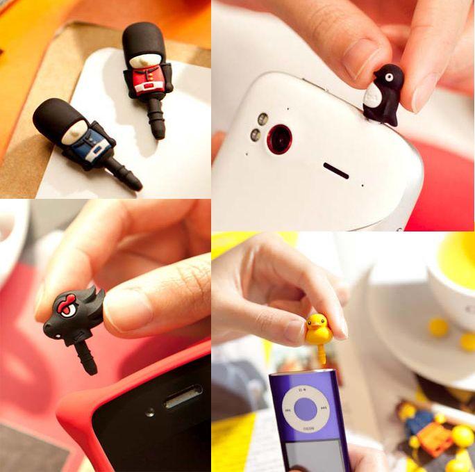 Evita que el polvo y la suciedad dañen las entradas y salidas para los audífonos del teléfono, con estos elegantes diseños hechos en silicona compatibles con todo tipo de entradas de 3.5mm. Hechos 100% de Silicona.