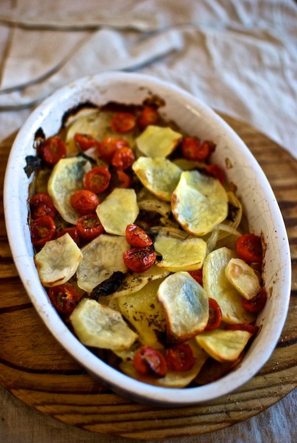 Patatas al horno con tomate, orégano y albahaca