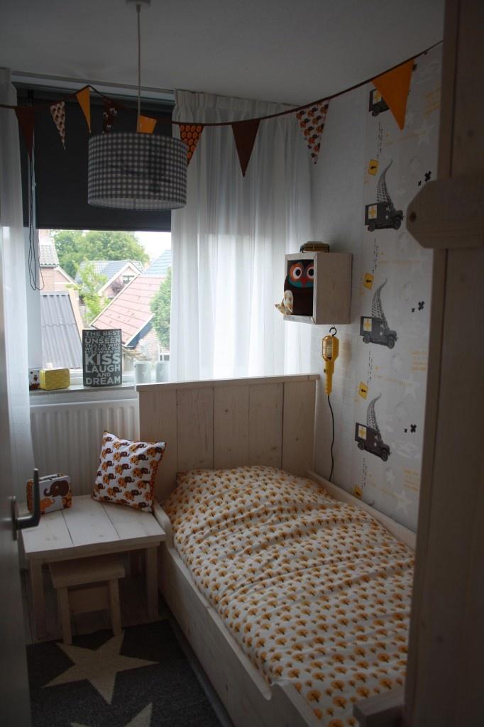 jongenskamer met Ferm Living beddengoed en kussen, pappelina vloerkleed Viggo en Little Dutch uiltjes kinderlamp