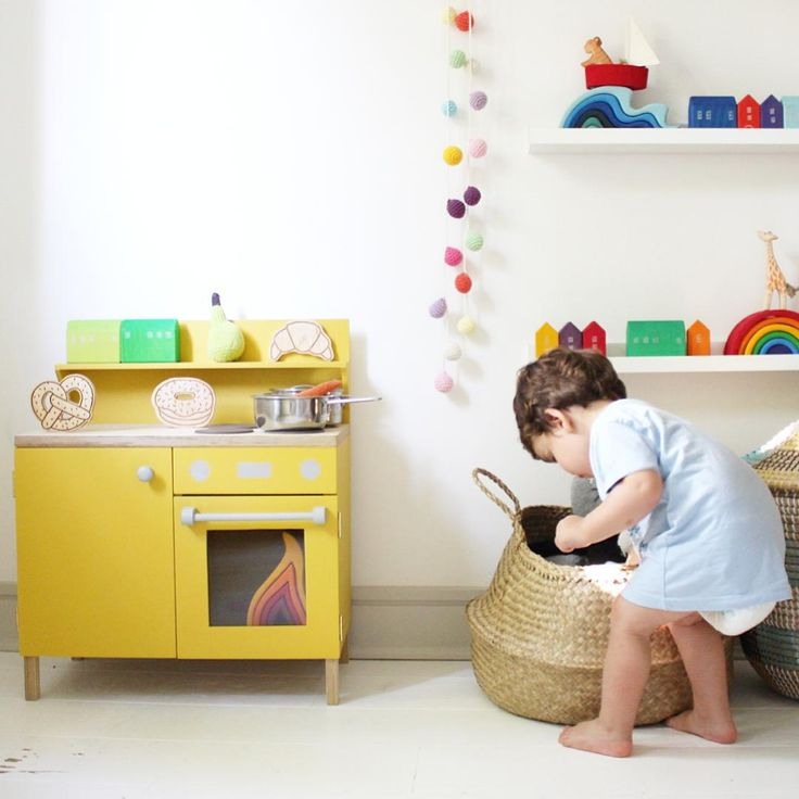 Yelow wooden kitchen, wooden houses, water and rainbow bij Grimm's Toys and some Ostheimer wooden animals. Picture by littlegoldieshop on Instagram.