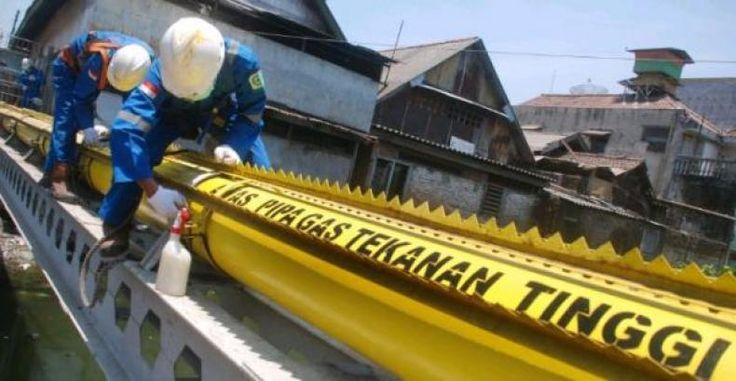 """195 Km Pipa Gas Telah Dibangun PGN Selama 2016  KONFRONTASI-PT Perusahaan Gas Negara (Persero) Tbk (PGN) terus memperluas jaringan gas bumi di berbagai daerah dengan membangun pipa sepanjang 195 km pada 2016.  """"PGN terus membuktikan komitmennya dalam memperluas pemanfaatan gas bumi nasional dengan membangun infrastruktur gas bumi di berbagai daerah"""" kata Kepala Divisi Komunikasi Perusahaan PGN Irwan Andri Atmanto dalam rilis di Jakarta Rabu.  Ia mengatakan PGN memperluas jaringan distribusi…"""