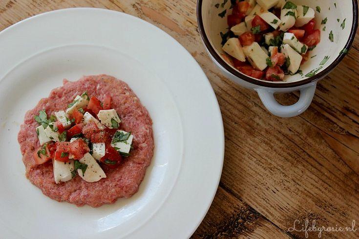 Recept voor Italiaans gevulde hamburgers. Serveer deze met krokante aardappeltjes uit de oven en een knapperige salade. Succes gegarandeerd!