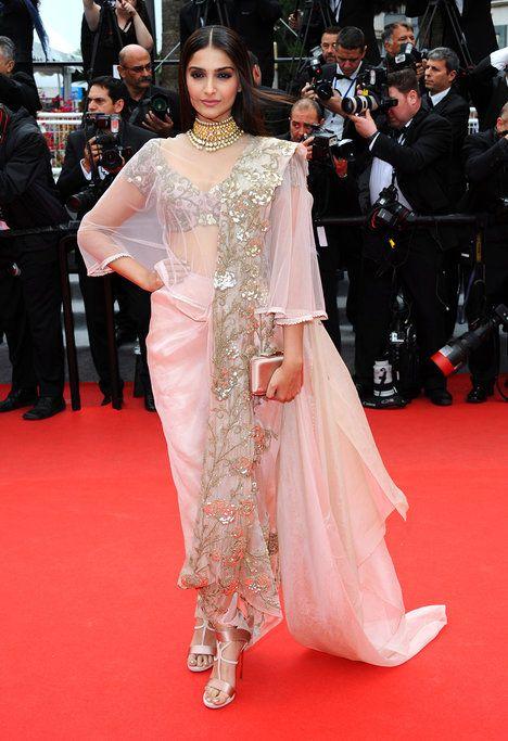 Indická herečka a modelka Sonam Kapoor oblékla tradiční sárí, které navrhla její krajanka, módní návrhářka Anamika Khanna; Isifa