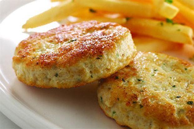 Tavuk köftesi çocuklar tarafından afiyetle mideye indirilen bir protein kaynağıdır. Tavuk etini bütün olarak sevmeyen çocuklar için muazzam bir alternatiftir. Yanına yeşillikler serpiştirilerek doy…