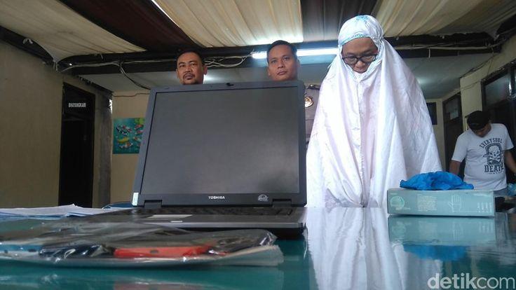 Pakai Mukena Pria ini Gasak Barang Jamaah Masjid Daarut Tauhiid Bandung http://news.beritaislamterbaru.org/2017/06/pakai-mukena-pria-ini-gasak-barang.html