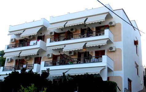 Gorgona Hotel, www.gorgona.upps.eu, Im Namen der Gorgona möchten wir Sie bei Alonissos willkommen heißen. Gorgona ist ein traditionelles Hotel, das als kleines Familienunternehmen, 7 Gehminuten von Patitiri entfernt liegt. Die luxuriösen Apartments und Marilena Studios ist eine neu erbaute Anlage am Strand Rousoum Gialos, 7 Gehminuten von Patitiri entfernt.