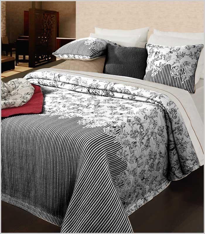 Colcha capa de gran elegancia y calidad. Su combinación de rayas y motivos florales son una apuesta segura para vestir la cama, sobre todo, para los amantes del blanco y negro. Además, esfácilmente combinable con colores como el rojo y el gris. 100% Poliéster