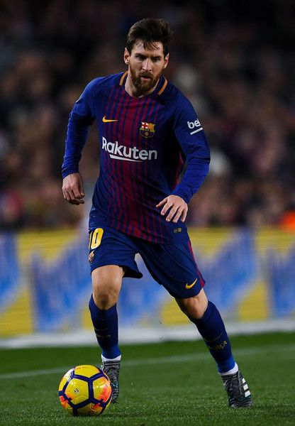 Lionel Messi of FC Barcelona runs with the ball during the La Liga match between Barcelona and Deportivo Alaves at Camp Nou on January 28, 2018 in Barcelona, Spain.