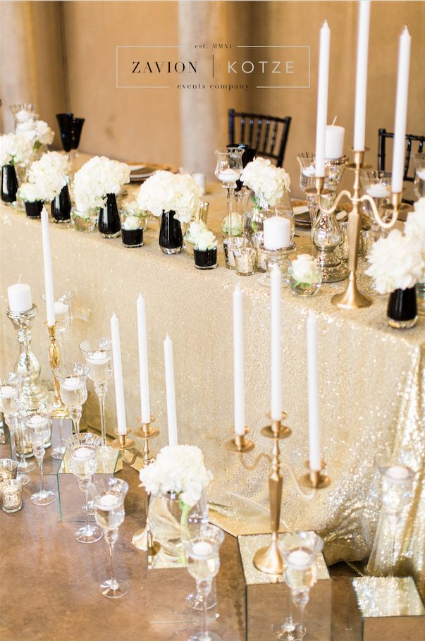 How beautiful is this Gatsby bridal table! Gatsby inspired wedding with black and white décor. White roses and white orchids. Black tiffany chairs, Great Gatsby, rare wedding, special wedding, wedding of the year. White flowers, white mass arrangements, white floral arrangement, candle light. Bridal table, bride, marriage table.