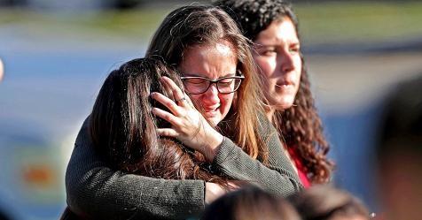 #USA: Ennesima strage in un #liceo in #Florida a causa delle #armi facili. Terza causa di morte tra gli adolescenti (15-19) in America, son dovuti agli omicidi. La #scuola non può essere in alcun modo un luogo pericoloso per #bambini ed #adolescenti.