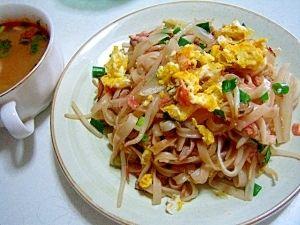 楽天が運営する楽天レシピ。ユーザーさんが投稿した「お家でパッタイ(タイ風焼そば)♪」のレシピページです。スーパーでライスヌードルを見つけたので、タイ料理店で食べたパッタイを思い出しながら、お家にあるもので作ってみました。。パッタイ。ライスヌードル,もやし,豚肉,タマネギ,ニンニク,醤油,酒,オイスターソース,塩・コショウ,卵