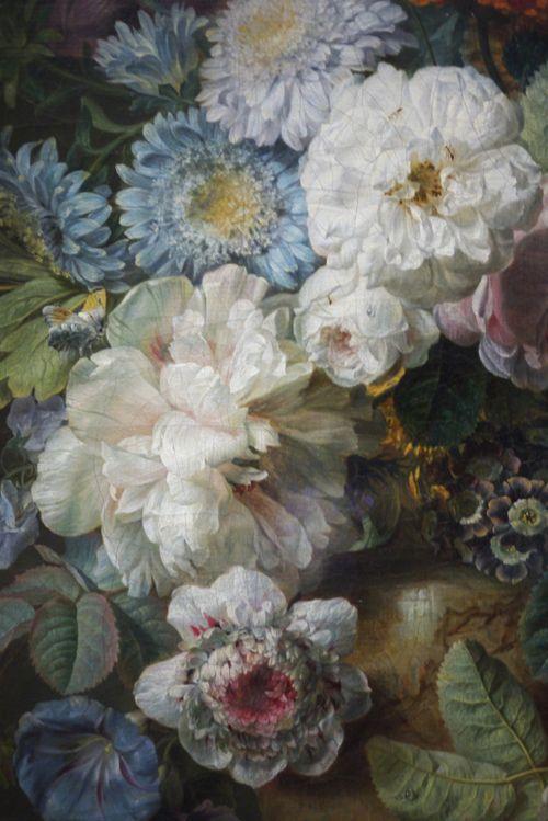 Vase de fleurs sur une table de pierre avec un nid &