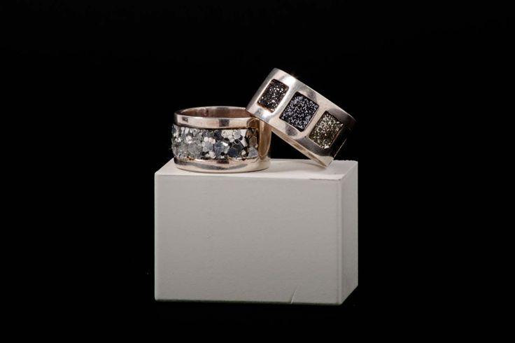 Anillos plata adaptable, aplicaciones cristal pulverizado. Disponible en nuestra tienda online www.almabrava.cl