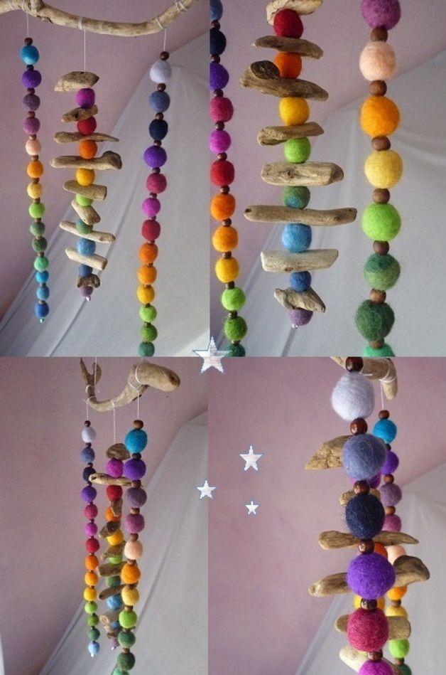 Deko-Objekte - Farbenfrohes Treibholz-Regenbogen-Filz-Mobile - ein Designerstück…