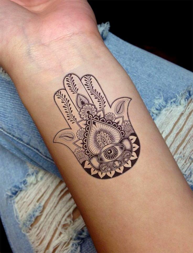Tatuagens nas mãos de Maria, mão de Fátima e mão de Hamsa Preto e branco