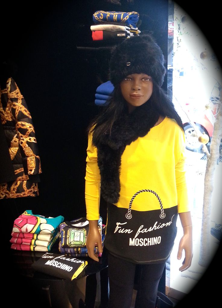 Moschino Yellow and Black: color blocking fashion!