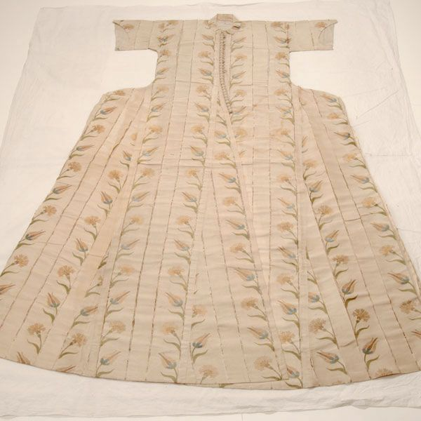 Silk woman's kaftan. Ottoman, mid-16th century. A very early first example of the use of the 'tulip'-motif. (Topkapı Sarayı Museum, Istanbul).