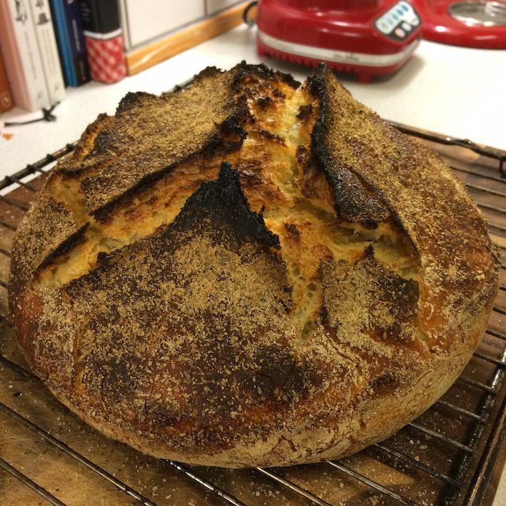 """Det perfekte, rustikke, sprøde surdejsbrød, med """"sej"""" krumme og store flotte huller i. Drømmebrødet! Det får du opskriften på her."""