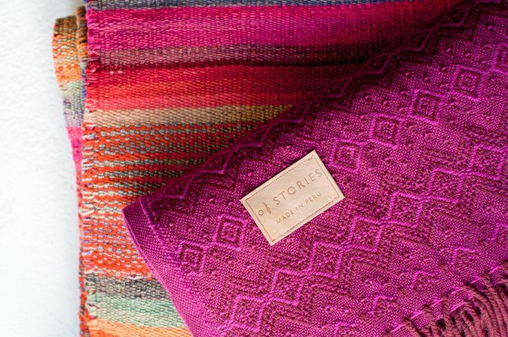 FiltenFuchsia tillverkas enligt gamla traditioner med handspunnen alpackaull på ett litet väveri i Lima, Peru. Varje frans är omsorgsfullt tvinnad för hand.Det geometriska mönstret är baserat på Inkakulturens textilkonst som är en av de äldsta hantverkstraditionerna iAnderna. Of Stories - www.ofstories.se