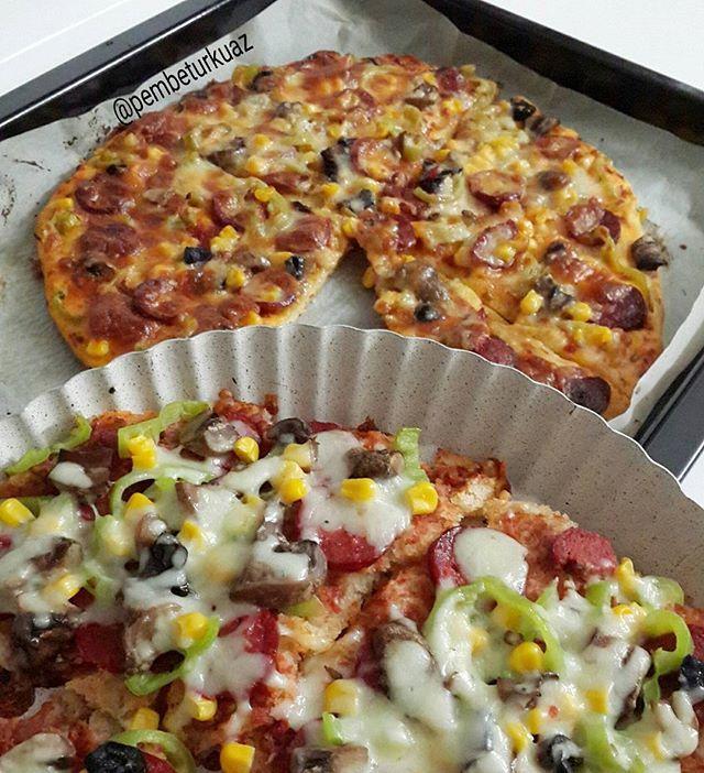 Bu aksam menude pizza var😋... Kizkardesim @trendzehraca 'nin tarifi. Tadi gercekten nefis💕.. Tarifi buraya ekliyorum, bu olcu YUVARLAK BORCAM buyuklugu icin👍. Borcamlarda alti pek kizarmadigi icin firin tepsisi kullandik👍. MAYALI PIZZA:  Malzemeler; 1Yumurta, 2.5 su bardagi un, Yarim cay bardagi siviyag, Yarim caybardagi sut, 2corba kasigi yogurt, Yarim paket yasmaya, 1tatli kasigi seker, 1cay kasigi tuz.  UZERI ICIN; 2 corba kasigi ketcap veya 1corba kasigi salca- domates rendesi, ince…