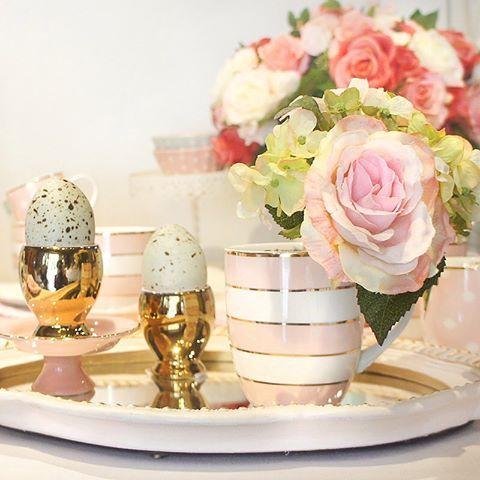 Rosa e dourado é uma combinação tão fofa, né? Essas peças lindas da Little Diva deixam qualquer mesa mais delicada e sofisticada! 💖 (47) 2105/9977 | Whatsapp (47) 9179-5450 #truefriends #littlediva #porcelana #louça #mesa #mesaposta #vestiramesa #rosa #dourado #decoração #decor