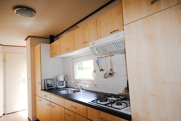 Familie Chalet N18 - Keuken #Ameland #Kooiker #verhuur #genieten #caravan #chalet #kooikerverhuur http://kooikerverhuur.nl