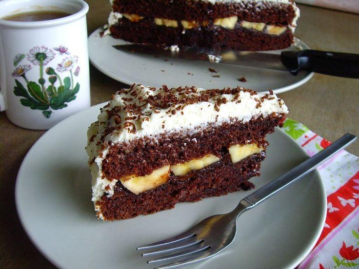 Acest tort este dens, cu aromă intensă de ciocolată, rom și banane. Eu îl prepar la toate aniversările și este deja faimos în cercul de prieteni. Blatul poate fi consumat și ca atare, pentru că rețeta pentru el este dintr-o carte veche de bucătărie unde era denumit chec economic. Nu vă lăsați păcăliți de titlul …