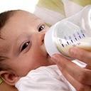 L'allaitement mixte consiste à donner le sein et le biberon. Il se pratique dans deux situations : le biberon en complément du sein ou le biberon remplace une tétée