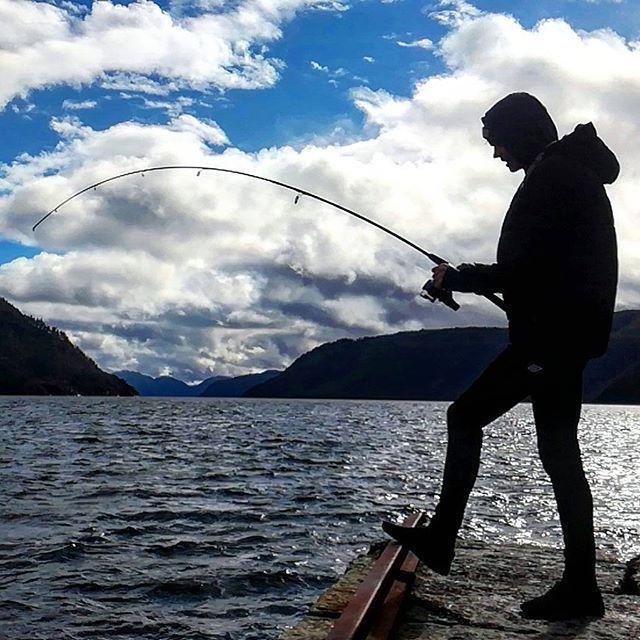 Lillebror har fått noe stort på kroken😱 #MedJordaPåKroken #fisk #fisking #fish #fishing #sauda #saudafjorden #rogaland #visitrogaland #norway #visitnorway #norge #friluftsliv #mittfriluftsliv #påske #explore #hektapåtur #nature #hav #ocean #blue #sky #ferie #adventure #hyttetur #bror