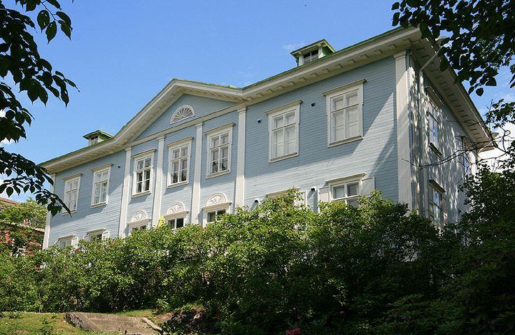 Itäinen Puistotie 8, Helsinki. Built 1869 for seacaptain Simolin. Part of the building was originally in one storey. Rebuilt in its present shape 1922; architect Jarl Eklund - Alun perin kaksikerroksinen puuhuvila on valmistunut vuonna 1869, mutta nykyinen muoto on vuodelta 1922 (Jarl Eklund). Kuva Mahlum