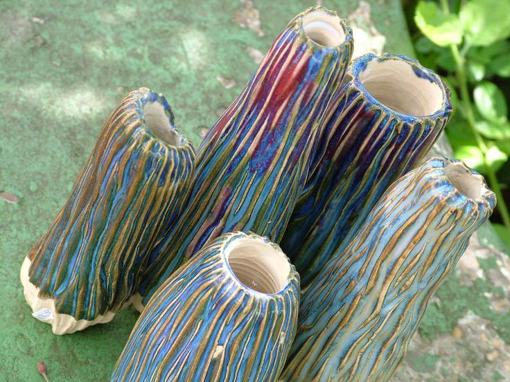 Vaasjes gemaakt voor één, twee of een paar bloemen. De leerharde klei is ingekerfd en voorzien van een glazuurcombinatie die mooi openbreekt op de randen.