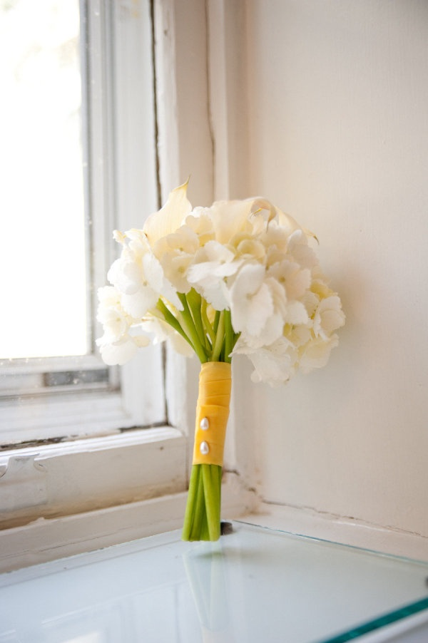 This #bouquet is kind of throwing us ~ is it hydrangeas and calla lilies? The stems dont look quite right to be hydrangeas ...? Photography by brittcroft.com