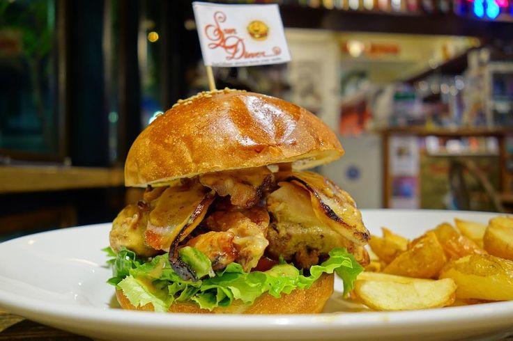 今月はハニーマスタードチキンバーガーハニーマスタードでマリネした鶏肉にスモーキーな自家製ベーコン見た目のボリュームすごいけど美味しくペロリといけちゃいます #food #foodporn #meallog #burger #burger_jp #ハンバーガー # #tw
