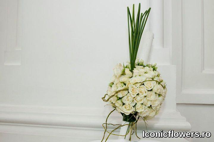 Se poate merge pe un aranjament pentru lumanarea de botez si pentru cristelnita realizat din flori naturale in diferite nuante ale aceleiasi culori.  Astfel, o armonie de tonuri de oranj, diferite nuante de albastru ori un joc al tonurilor de galben, vor da o nota eleganta, exclusivista, intregului eveniment.