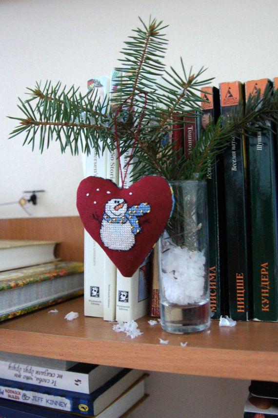 Ornamenti di Natale rustici, uno dei due tessuto punto croce decorativi Natale imposta. Questi tre tessile doppio-lati piccoli cuori ricamati riccio, pupazzo di neve e mini uccello. Fatto con amore per riempire la vostra casa con un calore. Morbido, pulito, bello) ho usato solo i migliori materiali e un piccolo pezzo della mia anima) È 100% fatto a mano. Si può appendere il vostro albero di Natale o decorare la vostra casa, soprattutto la camera di un bambino. Sarà un regalo di Natale…